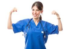 Женский доктор действуя как супергерой стоковые фото