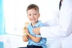 Женский доктор используя цифровую таблетку, конец-вверх рук Концепция здравоохранения или терапия ` s детей Стоковые Фотографии RF