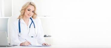 Женский доктор на офисе клиники Стоковая Фотография RF