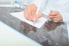 Женский доктор описывает изображение развертки на таблице стоковое изображение rf