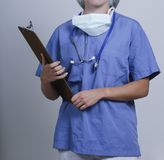 Женский доктор с папкой и положением msk стоковое фото