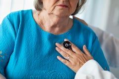 Женский доктор Checking Старш Ladys Сердце с стетоскопом стоковые изображения rf