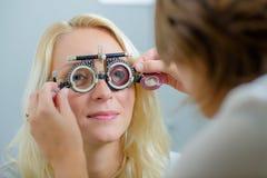 Женский доктор examing взрослый пациент стоковая фотография rf