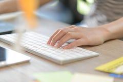 Женский левый печатать на клавиатуре bluetooth Стоковые Изображения