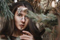 Женский единорог Единорог девушки феи идя на снег в лесе стоковая фотография
