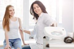 Женский дерматолог используя медицинский loupe во время назначения в клинике стоковые изображения rf
