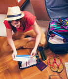 Женский заканчивать билет самолета для путешествовать стоковая фотография
