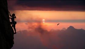 Женский заход солнца альпиниста и горы утеса Стоковое Фото