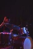 Женский играя набор барабанчика в ночном клубе Стоковое фото RF
