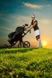 Женский игрок в гольф с сумкой гольфа стоковое изображение rf