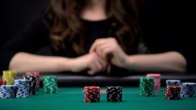 Женский игрок ждать другие пари на таблице покера казино, играя в азартные игры наркомания стоковая фотография rf