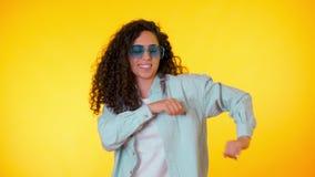 Женский имеющ потеху Она усмехаясь, флаттер волос красиво Изумляя положительный отснятый видеоматериал Движения девушки к ритму м видеоматериал