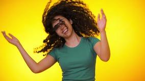 Женский имеющ потеху Она усмехаясь, флаттер волос красиво Изумляя положительный отснятый видеоматериал Движения девушки к ритму м акции видеоматериалы