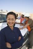 Женский инженер стоя на строительной площадке Стоковые Изображения