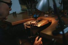 Женский инструментальный металл создателя ювелирных изделий с ленточнопильным станком стоковые фотографии rf