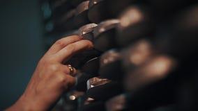 Женский диск металла взятия руки стога полок на складском помещении объекта акции видеоматериалы