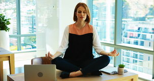 Женский исполнительный размышлять на ее столе сток-видео