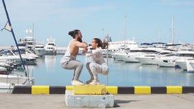 Женский и мужской спортсмен выполняет скачки коробки внешние сток-видео