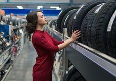 Женский клиент выбирая новые автошины стоковая фотография rf