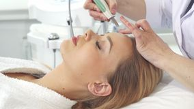 Женский клиент получает ультразвуковой peelling для ее стороны стоковое изображение rf