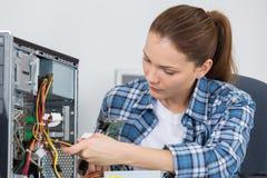 Женский компьютер отладки техника ПК Стоковое Изображение RF