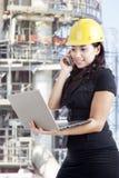 Женский контрактор работая на промышленном месте стоковые фотографии rf