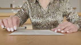 Женский контракт подписания владельца бизнеса в кафе сток-видео