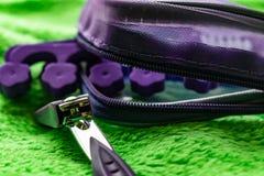 Женский косметический набор для toenails pedicure Особенные регулируя схваты, плоскогубцы, щетка стороны щетки пены стоковое фото rf