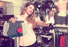 Женский клиент выбирает нижнее белье спорт Стоковое фото RF
