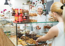 Женский клиент выбирая печенье Стоковые Фото