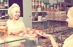 Женский клиент выбирая печенье Стоковые Фотографии RF