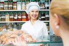 Женский клиент выбирая печенье Стоковые Изображения