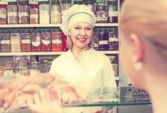 Женский клиент выбирая печенье Стоковая Фотография RF