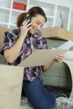 Женский клиент вызывая обслуживание клиента Стоковая Фотография