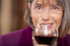 Женский клиент выпивая красное вино в ресторане Стоковая Фотография RF