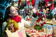 Женский клиент на рождестве справедливом Стоковая Фотография RF