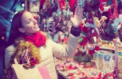Женский клиент на рождестве справедливом Стоковые Фото