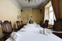 Женский клиент сидя на обеденном столе в ресторане Стоковое Фото