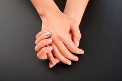 Женский маникюр рук на черной предпосылке Изолят студии стоковые изображения rf