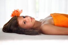 женский массаж ослабляя Стоковые Изображения