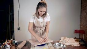 Женский мастер обрабатывает керамический пробел плиты в студии акции видеоматериалы
