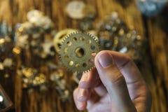Женский мастер работает в ее мастерской стоковые изображения