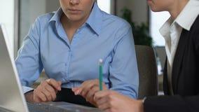 Женский менеджер объясняя детали работы стажера компании, коллег дела сток-видео