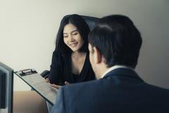 Женский менеджер предлагая нового работника для подписания контракта работы Стоковая Фотография RF