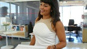 Женский менеджер говоря к коллеге в открытом офисе плана видеоматериал