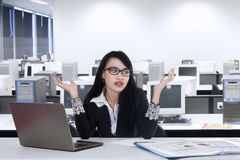 Женский менеджер смотрит confused Стоковые Фото