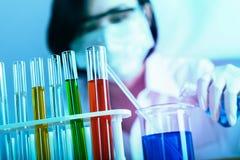 Женский медицинский или научный исследователь используя пробирку на работе стоковое фото rf