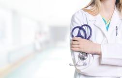 Женский медицинский профессионал держа фиолетовый стетоскоп в ей стоковая фотография
