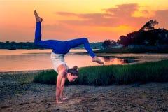 Женский модельный пляж Handstand изменения Adho Mukha Vrksasana Стоковые Изображения