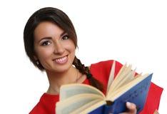 Женский молодой студент держа учебник стоковое изображение